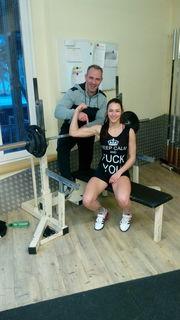 Alexander Havlik hilft Sophia Pillwax, die perfekte Form zu halten.