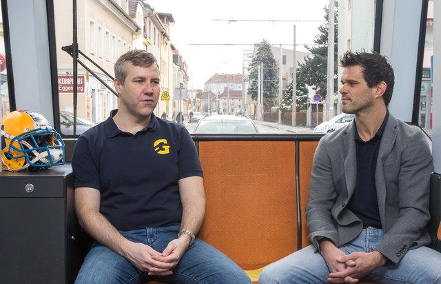 Dieser Tag fährt Straßenbahn: Giants-Headcoach Martin Kocian (l.) im Gespräch mit Manager Christoph Schreiner