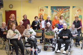 Gruppenfoto mit unseren ehrenamtlichen Mitarbeiterinnen und Bewohnerinnen nach getaner Arbeit