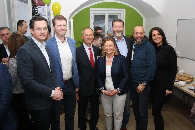 Außenstellenleiter Friedrich Oelschlägel war gemeinsam mit Bürgermeister Stefan Schmuckenschlager und vielen anderen Gästen aus Politik, Bildung und Wirtschaft bei der Einstandsfeier dabei und wünschte Franz Trawniczek viel Erfolg.