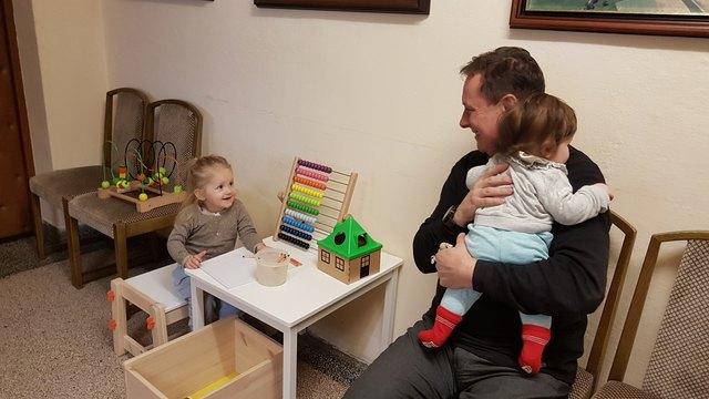 Katsdorfs Bürgermeister Ernst Lehner mit zwei spielenden Kindern in der Spielecke im Gemeindeamt Katsdorf.