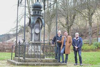 Anton Pichler (Leiter Bauhof), Bürgermeister Mag. Werner Krammer und Gerhard Pöchhacker (Leiter Liegenschaftsabteilung) (v.l.) beim denkmalgeschützten Wetterhäuschen, das vom Schillerpark in die Innenstadt übersiedelt wird.