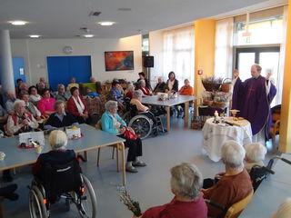 Im Volkshilfe Seniorenzentrum in Wagna feierten Bewohner und Betreuer mit Kaplan Pasul Markowitsch eine Heilige Messe samt Weihe der Palmbuschen.