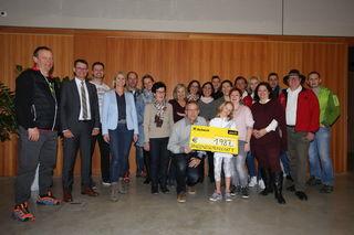 Die Vinzenzgemeinschaft Zirl freut sich über einen Scheck über 1.987 Euro.