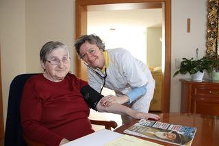 Blutdruckmessen als Teil der Patientenversorgung durch Diplomkrankenschwester Saskia Erdmann