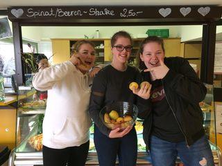 """""""Gut drauf"""" mit frischem Obst sind die SchülerinnenElvira, Julia und Sarah."""