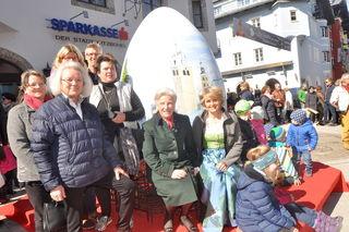 K. Pfeiffer, S. Reisch, A. Werlberger mit dem Riesen-Ei.