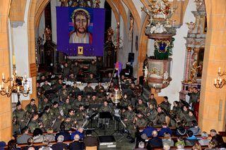 Musikalische Uniformen füllten den Altarraum der Stadtpfarrkirche Hermagor