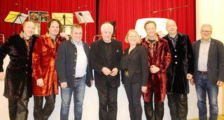 Frank Hoffmann (mitte) mit den K&K-Strings und mit Bürgermeister Bernhard Karnthaler, Vzbgm. Heide Lamberg sowie Organisator GGR Martin Karnthaler.