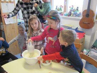 Rudersdorfer Kindergartenkinder backen einen Apfelkuchen.
