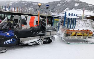 Ein Schifahrer musste nach Zusammenstoß verletzt ins Krankenhaus (SYMBOLBILD)