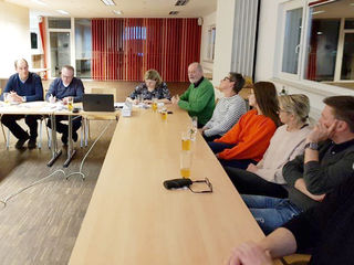 Bild: SPÖ (Ausschuss-Organisator Stadtrat Herbert Hörmann): Bürgermeister Mag. Günther Leichtfried (vorne, 4.v.re.) freute sich über das Interesse beim erweiterten Stadtausschuss.