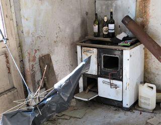 """Einst sorgte dieser Sparherd (Holzherd) für Verpflegung und wohltuende Wärme in der Küche, jetzt steht er schon seit langer, langer Zeit verlassen in einem Eck dieses Abbruchhauses an einem versteckten Ort. Das geheimnisvolle und """"gruselige"""" Objekt wurde von mir kürzlich entdeckt und für unsere Leser gleich mit dem Fotoapparat festgehalten!"""