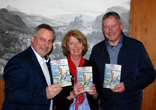Von links: Verleger Martin Reiter, Autorin Rosi Lochmann und der Schwoicher Vbgm. und Kulturreferent Peter Payr.