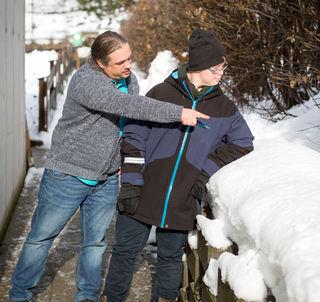 Peter Tröscher geht mit einem Klienten auf Entdeckungsreise in die Natur.