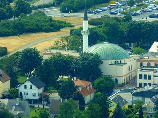 Die Floridsdorfer Moschee mit ihrem 32 Meter hohen Minarett prägt seit vier Jahrzehnten den Bruckhaufen.