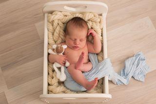 Baby Jan ist laut Mama ganz brav und schläft viel.