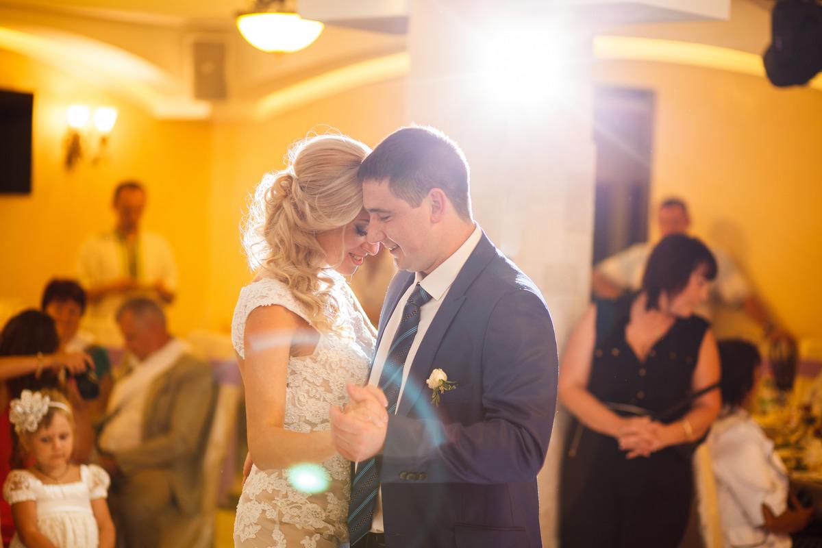 Der erste tanz ist eine beliebte tradition bei jeder hochzeit