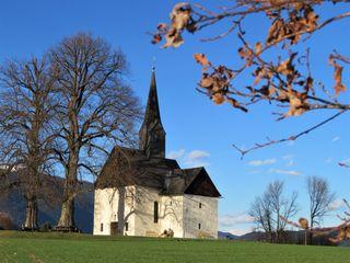 Die Filialkirche St. Johann steht an einer Anhöhe über dem Stadtteil Völkendorf in Villach, von hier aus hat man einen wunderbaren Blick auf die Stadt und die rundherum liegenden Berge. Der zur Pfarre Völkendorf gehörende römisch-katholische Sakralbau ist Johannes dem Täufer geweiht. Die kleine gotische Kirche besteht aus einem stark erneuerten einjochigem Langhaus, einem Chor mit Fünfachtelschluss aus dem 14. Jahrhundert und einem erneuerten Dachreiter mit Spitzhelm.