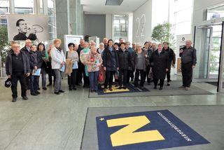 Landtagsabgeordnete Bürgermeisterin Mag.a. Kerstin Suchan-Mayr (mitte) mit den PensionistInnen der Ortsgruppen Aschbach und Wallsee im NÖ Landhaus.