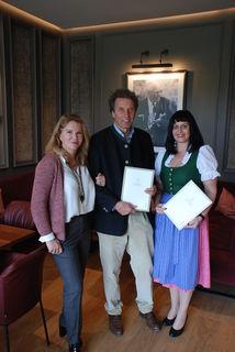 Freudig: Fam. Goess-Saurau, Hoteldirektorin E. Schneeflock (v.l.)