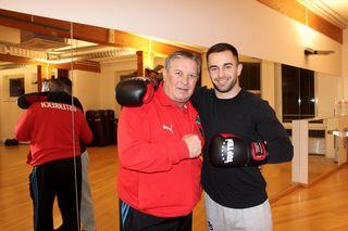 Arlind Sulejmani mit seinem Entdecker und Trainer Zeljko Vojnovic beim Training in Oberlaa