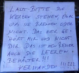 Diesen aufgeklebten Zettel fand ich rein zufällig während eines Spazierganges am Villacher Waldfriedhof bei einer Urnenwand!?! DIE WELT STEHT AUF KAN FOLL MEHR LONG   ; - )