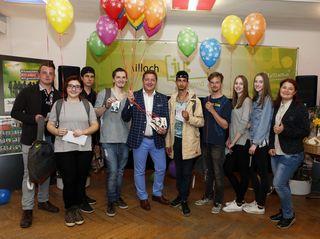 Der Villacher Jugendreferent Bürgermeister Günther Albel und junge Künstler