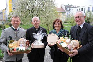 NÖ-Direktvermarkter-Obmann Johann Höfinger und dessen Stellvertreterin Christine Zimmermann erfreuen die Bischöfe Klaus Küng und Anton Leichtfried mit Köstlichkeiten aus der Region.