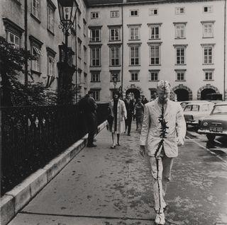 Das Werk des Aktionisten Günter Brus, hier beim Wiener Spaziergang 1965, würdigt aktuell das Belvedere 21 in einer Retrospektive: https://www.21erhaus.at/guenter_brus