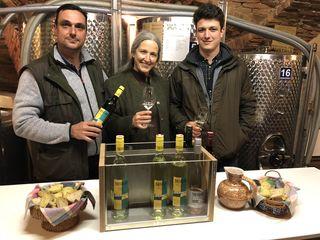 Karl und Petra Menhart gemeinsam mit Sohn Karl freuen sich auf die Verkoster.