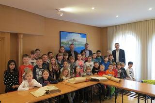 Die 3. Klassen der Volksschule mit ihren Lehrerinnen Martina Beretzki-Antoni und Eva Stranzl besuchten das Rathaus.