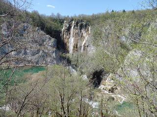 """Die fallenden """"Plitvicer Seen"""" - befinden sich im hügeligen KARSTGEBIET im Nationalpark / Kroatien"""