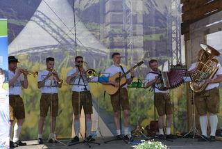 Die Krakauer Tanzlmusi auf der großen Bühne vor dem Wiener Rathaus