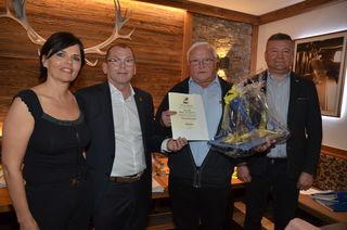 Helmut Burghard (2. v. r.) wurde mit der Goldenen Ehrennadel des Steirischen Fußballverbandes ausgezeichnet.