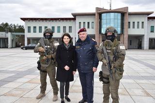 Karoline Edtstadler und Bernhard Treibenreif mit zwei Cobra-Beamten.