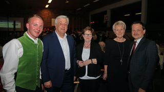 Vizebürgermeister Philipp Slezina, Bürgermeister Fritz Neuhofer, Kordula Neuhofer, Michaela Hager und Adolf Schacherleitner (v.l.) aus Ottnang