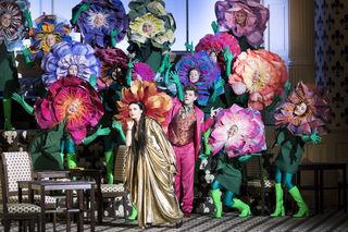 Tetiana Miyus als Corinna, Peter Kellner als Lord Sidney und der Chor der Oper Graz blühen stimmlich und auch optisch, die schönsten Blumen des Abends.