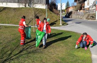 """Junge Rot Kreuz-Helfer im Einsatz beim Aufsammeln von Müll. Die Jugendgruppe des Roten Kreuzes Telfs war nur eine von vielen Organisationen, die sich an der """"Aktion sauberes Telfs"""" beteiligten."""