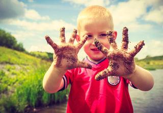 Studien zeigen, dass das Immunsystem von Kindern, die öfter Bakterien und Keimen begegnen, stabiler ist.