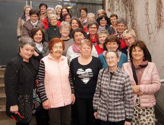 27 ehemalige Schulkolleginnen mit Lehrerein Viktoria Gerschak (2.v.r.).