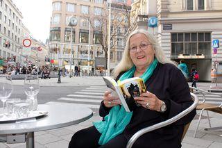 """Die Mariahilfer Krimi-Queen Edith Kneifl mit ihrem neuen Buch """"Der Tod ist ein Wiener""""."""