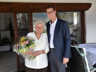 Charlotte Agerer feierte ihren 90er, Bgm. Christian Härting gratulierte.
