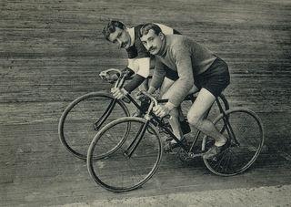 Blitzschnell mit dem Rad: die beiden französischen Rennradfahrer Léon und Émile Georget im Jahr 1906.