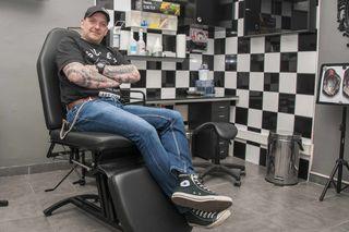"""Erich Mähnert ist nicht nur nach außen hin ein """"bunter Hund"""". Auch sein Tattoostudio sorgt für einen Hingucker im Bezirk."""
