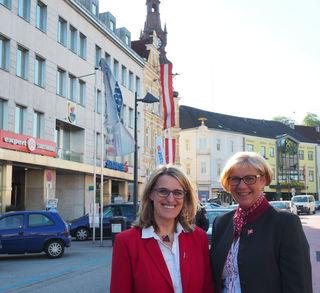 Landesrätin Ulrike Königsberger-Ludwig (li) und Bürgermeisterin Ursula Puchebner rufen dazu auf, beim Fotowettbewerb mitzumachen!