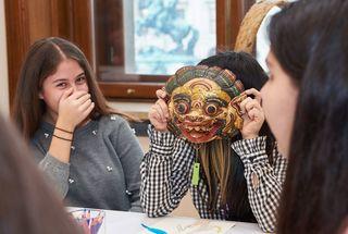 """Die Geschichten weitgereister Objekte erfährt man bei der Ausstellung """"Menschen und Objekte auf Wanderschaft"""" am 20. April im Weltmuseum."""