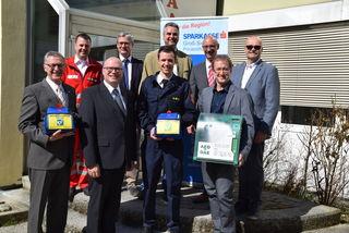 Vertreter der Sparkasse Privatstiftung, von Rotem Kreuz, Feuerwehr und Herstellerfirma präsentieren das Projekt.