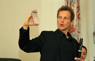 Der Telfer Simon Reitmaier bei der CD-Präsentation in der Villa Schindler