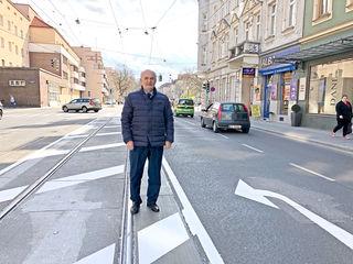 Lokalaugenschein vor Ort: Bezirkschef Adi Tiller auf der umstrittenen neuen Sperrfläche in der Heiligenstädter Straße.